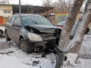 На Заводской улице автомобиль врезался в дерево