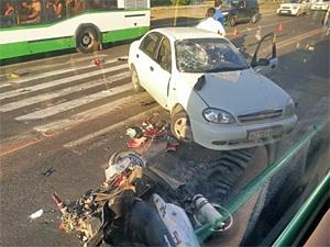 Разбившийся о машину полицейского скутерист простил виновника ДТП