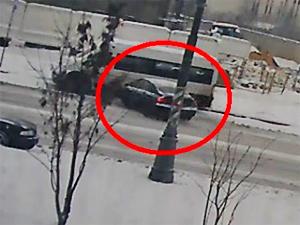 ГИБДД разыскивает врезавшийся в микроавтобус автомобиль