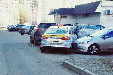 Таксист протаранил три машины во дворе дома из-за плохого самочувствия