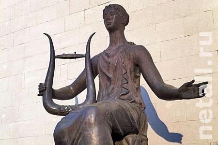 Префект пообещал вернуть струны Музе на Центральной площади