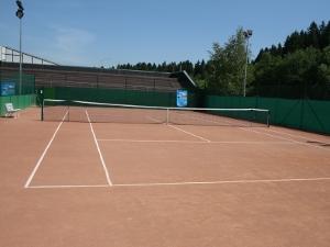 В клубе «Первая Ракетка» открыт  теннисный корт с грунтовым покрытием