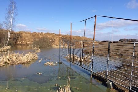 Озеро в Брехово вышло из берегов из-за строительных отходов