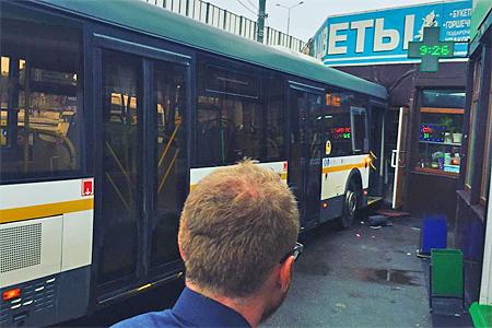 Автобус без водителя врезался вцветочный павильон вЗеленограде