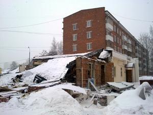 Рядом с отделом ГИБДД взорвалась пристройка к дому