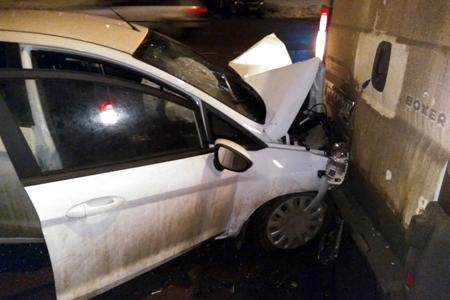 Пьяный водитель с пассажиркой врезался в микроавтобус во время полицейской погони
