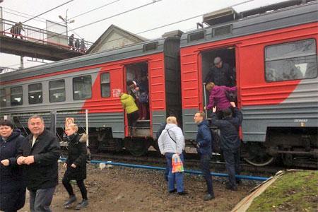 Из-за двойной нештатной остановки электрички сбилось движение на Ленинградском направлении