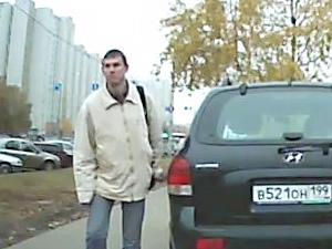 Серийного «царапателя» машин заснял авторегистратор
