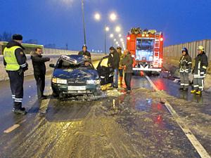 Коммунальщики отрицают вину в аварии с перевернувшимся автомобилем