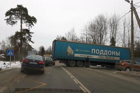 Застрявшая на развороте фура перегородила Фирсановское шоссе