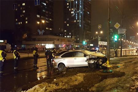 Уходя отпогони, нетрезвый шофёр врезался встолб