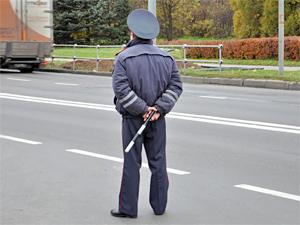 Автонарушитель провез на капоте инспектора ДПС