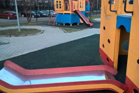 Детская горка обрушилась в 8-м микрорайоне