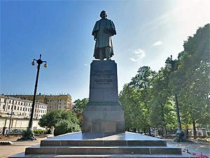 В Зеленоград предложили перенести памятник Гоголю из центра Москвы