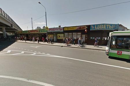 Власти ответили на претензии по поводу узкого тротуара на конечной остановке у крюковского рынка