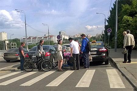 Такси и велосипедист столкнулись на «зебре» перед мостом у МИЭТа