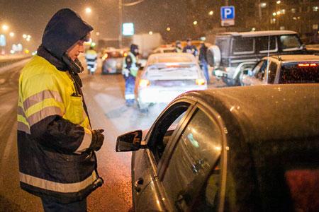 На въезде в Зеленоград задержали машину с предполагаемой сбытчицей героина