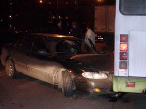 Пьяный водитель на иномарке врезался в автобус