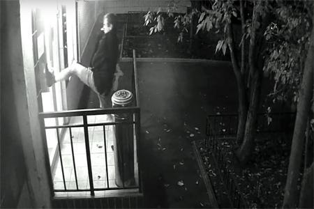 Неадекватный мужчина в шортах разбил дверь участкового пункта полиции