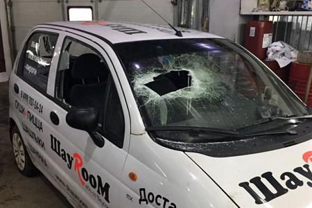 Неизвестные разбили две машины зеленоградской службы доставки еды