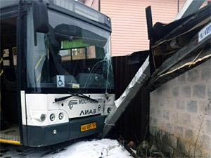 В Алабушево неуправляемый автобус снес столб