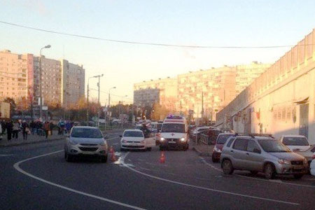 Автомобиль сбил пешехода у рынка на Крюковской площади