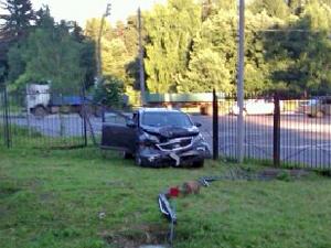 Врезавшийся в забор водитель был сильно пьян
