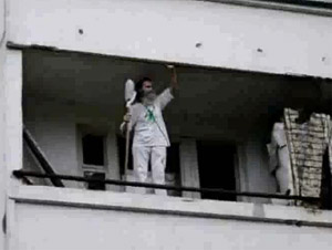 Спасатели сняли с балкона поющего мужчину