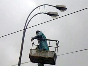 Летом заменят еще сто аварийных фонарных столбов