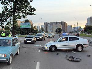 Иномарка с пьяным водителем перевернулась у Крюковской эстакады