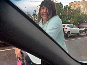 На Филаретовской улице скутеристка набросилась на автомобиль