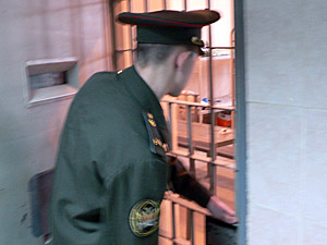 Работник СИЗО за взятку передавал заключенным средства связи