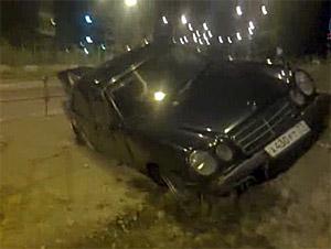 «Мерседес» с водителем без прав вылетел на тротуар в 20-м микрорайоне