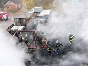 Три машины сгорели при пожаре на складе поддонов