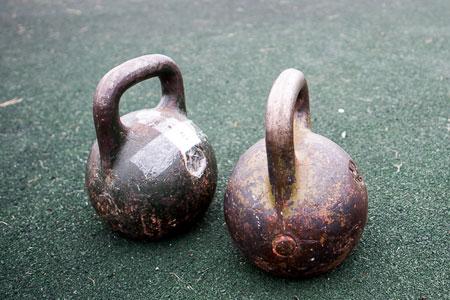 Для желающих участвовать в турнире по поднятию гирь проводят бесплатные тренировки