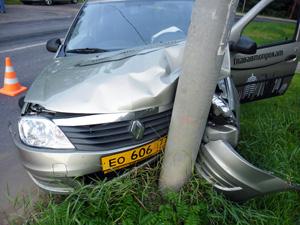 Такси с пассажиркой врезалось в столб