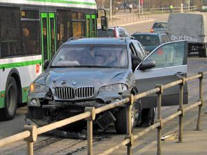 Водитель убежал с места двойной аварии на Панфиловском проспекте