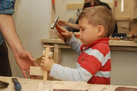 Своими руками сделать подарки маме и папе можно в мастерской «Урок труда»