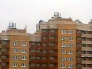 Строители устроили массовый забег по крыше дома