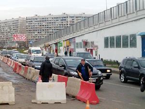 С Крюковской площади эвакуируют автомобили