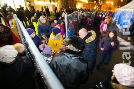 Зампрефекта извинился за плохую организацию встречи Деда Мороза на площади Юности