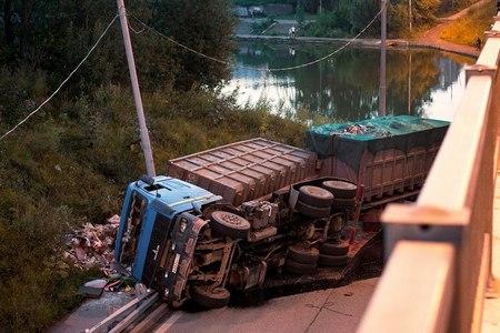 В выходные под мостом у МИЭТ опрокинулся грузовик с прицепом