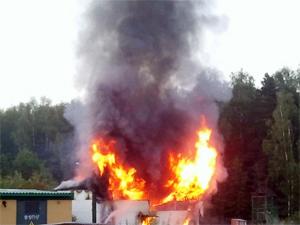 На заброшенной стройке сгорел дом-бытовка