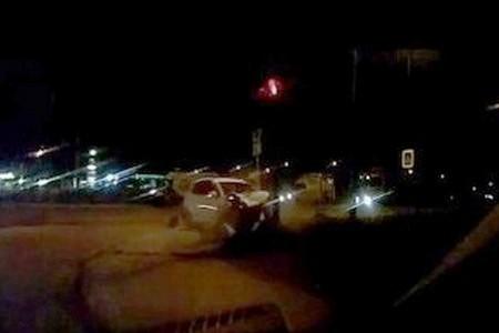 Водитель легковушки устроил ДТП с тремя автомобилями и снес светофор у «Штыков»
