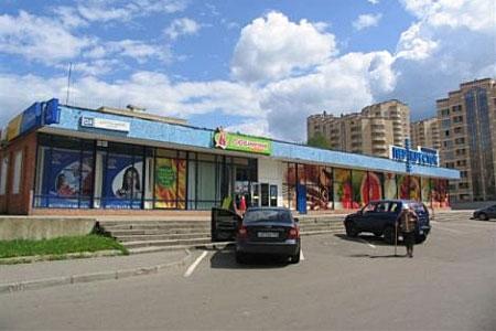 1-й торговый центр перестроят в трехэтажный ТЦ с многозальным кинотеатром