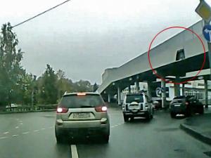 Обшивка моста упала на проезжавшую под ним машину