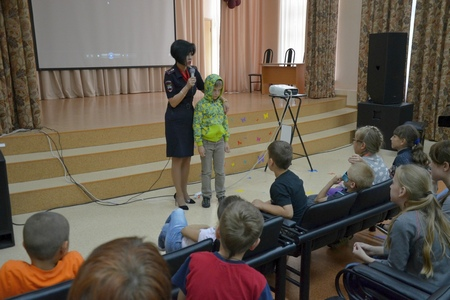 Инспекторы ГИБДД встретились с воспитанниками летнего школьного лагеря