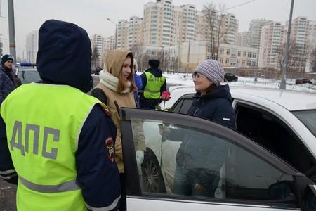 Зеленоградские инспекторы ГИБДД вместе с юными инспекторами дорожного движения поздравили автолюбительниц с 8 Марта