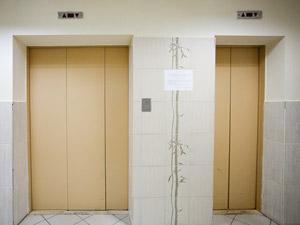 Пьяные жильцы напали на лифтера в 16-м микрорайоне