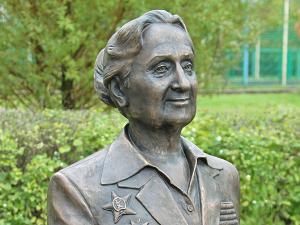 У Михайловского пруда установили памятник разведчице Раисе Хвостовой
